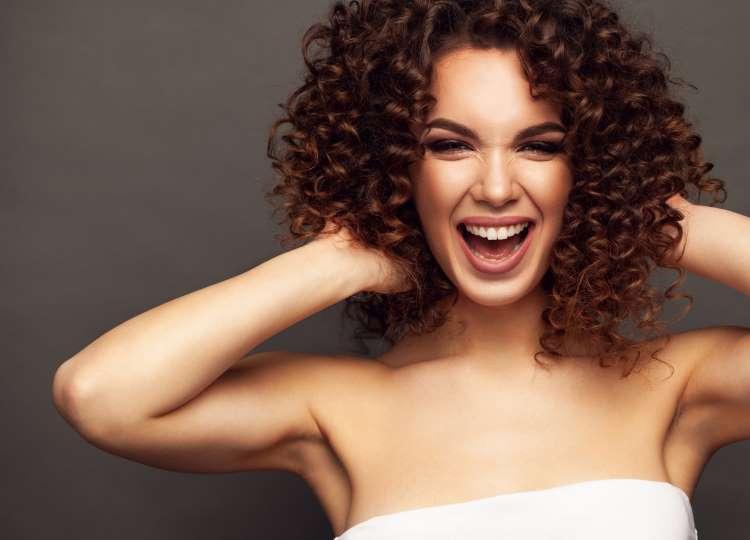 El uso de henna ayuda a revitalizar el cabello rizado