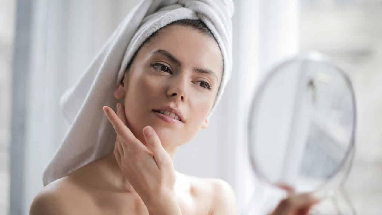 5 razones para desmaquillarse y humectar la piel antes de dormir