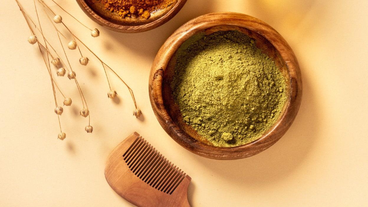 ¿Queda el cabello seco después de tinturar con henna hindu?