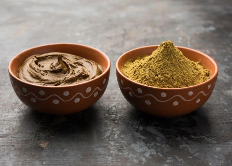 beneficios de disolver la henna hindú en agua caliente